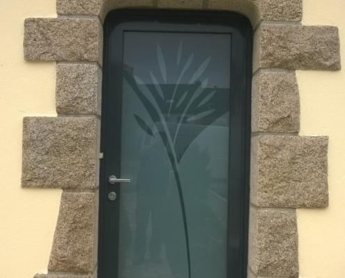 Porte vitré avec motifs végétal